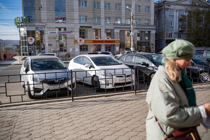 «Может подойти пнуть их?», - член Общественной палаты Сергей Петров про припаркованные на стоянке для инвалидов машины