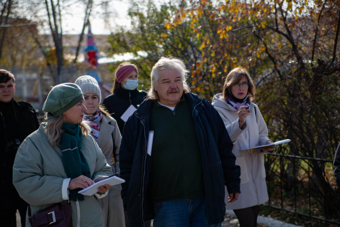 Сергей Петров предложил также установить в парке плитку с тактильным покрытием. Так слабовидящие будут понимать, куда они идут